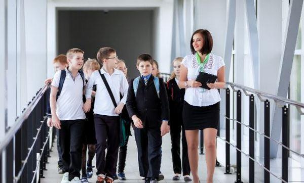 дети с работником Приватбанка