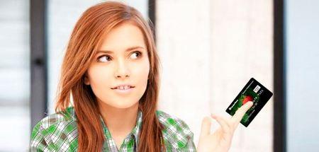 молодая красивая девушка держит в руках карту Универсаьная