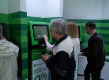 Клиенты вносят средства на карту Приватбанка